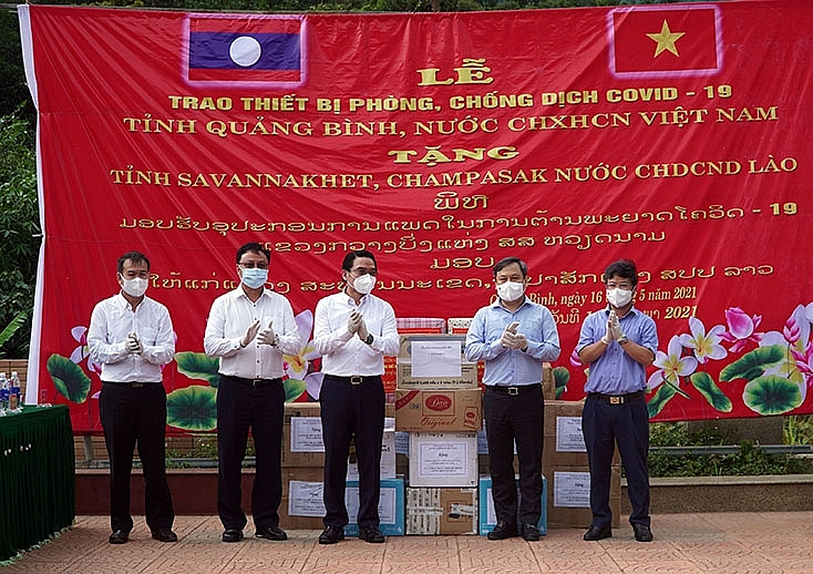 Quang Tri gifts medical supplies to assist Lao localities in Covid-19 fight