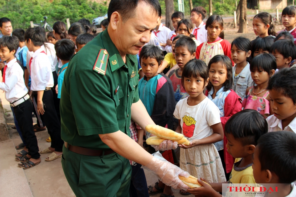 A gift of bread: How Vietnamese border guards help local children