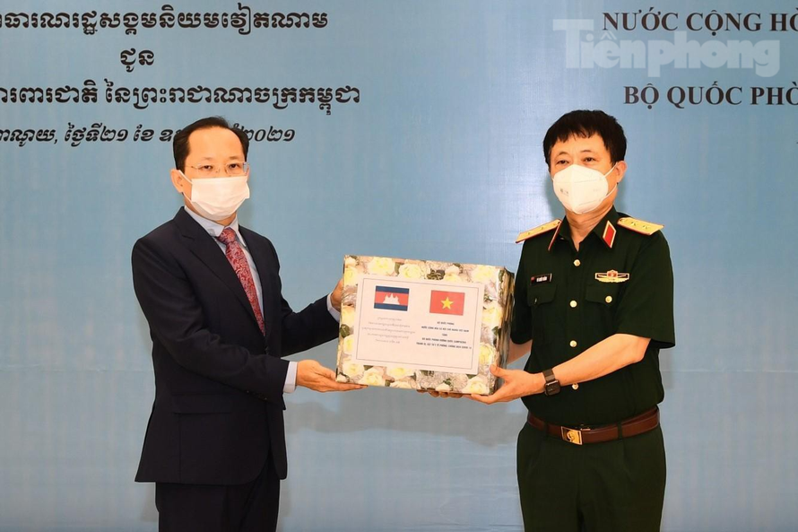 Vietnamese defense ministry gifts medical supplies to Laos, Cambodia
