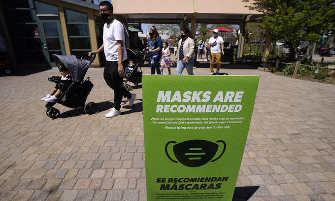 """Vietnamese in the United States """"loyal"""" to face masks despite loosened regulation"""
