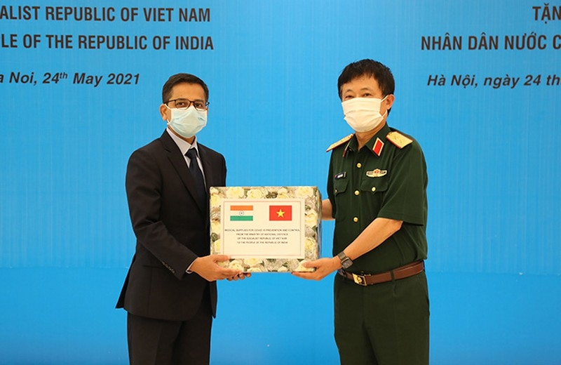 Vietnamese Defense Ministry presents medical supplies to India