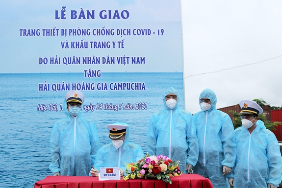 Vietnam gifts medical supplies to Royal Cambodian Navy