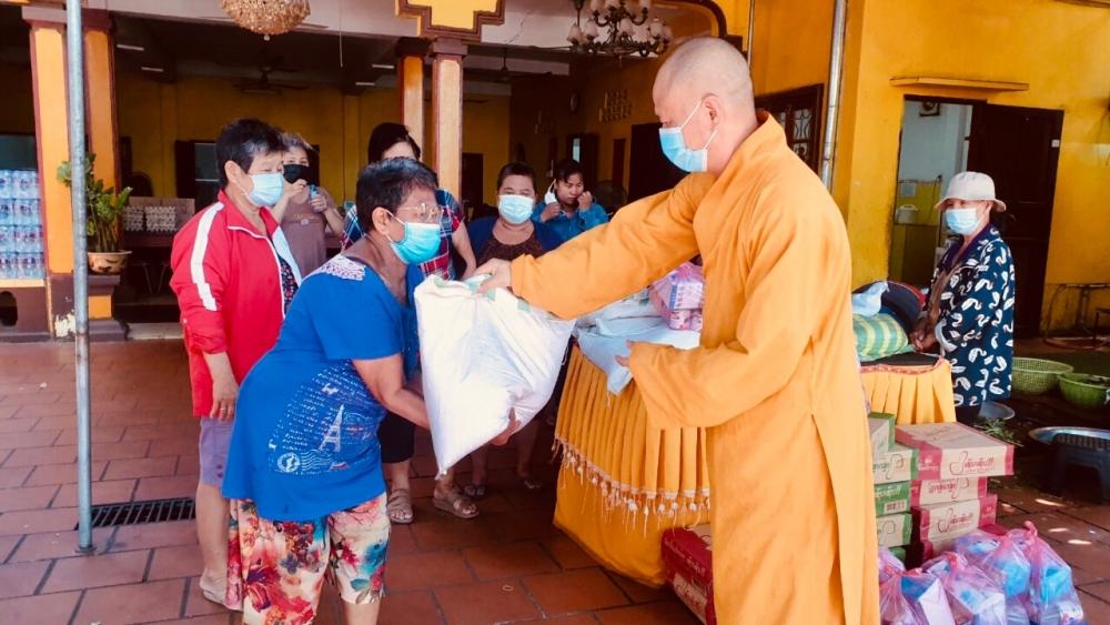 Phat Tich Pagoda in Vientiane presents gifts to overseas Vietnamese