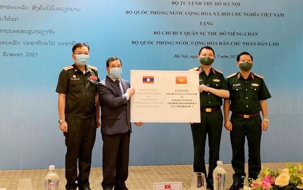 Hanoi Capital High Command presents medical supplies to Laos