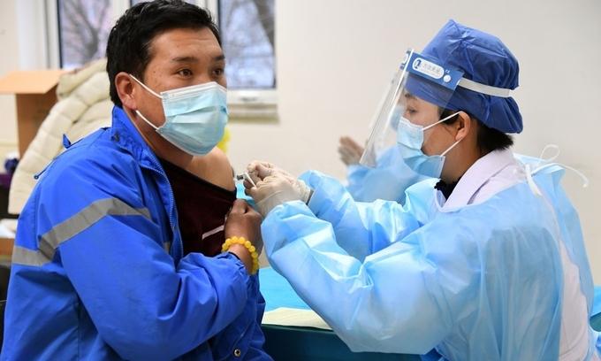 Overseas Vietnamese in China receive Covid-19 vaccine