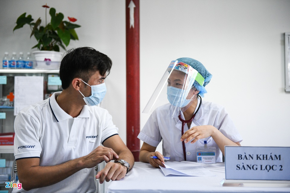 In Photos: Workers in Bac Ninh, Bac Giang provinces receive Covid-19 vaccine