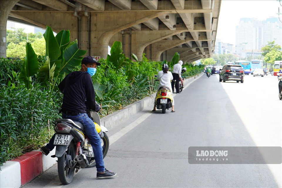 Workers in Hanoi grapple with blazing weather