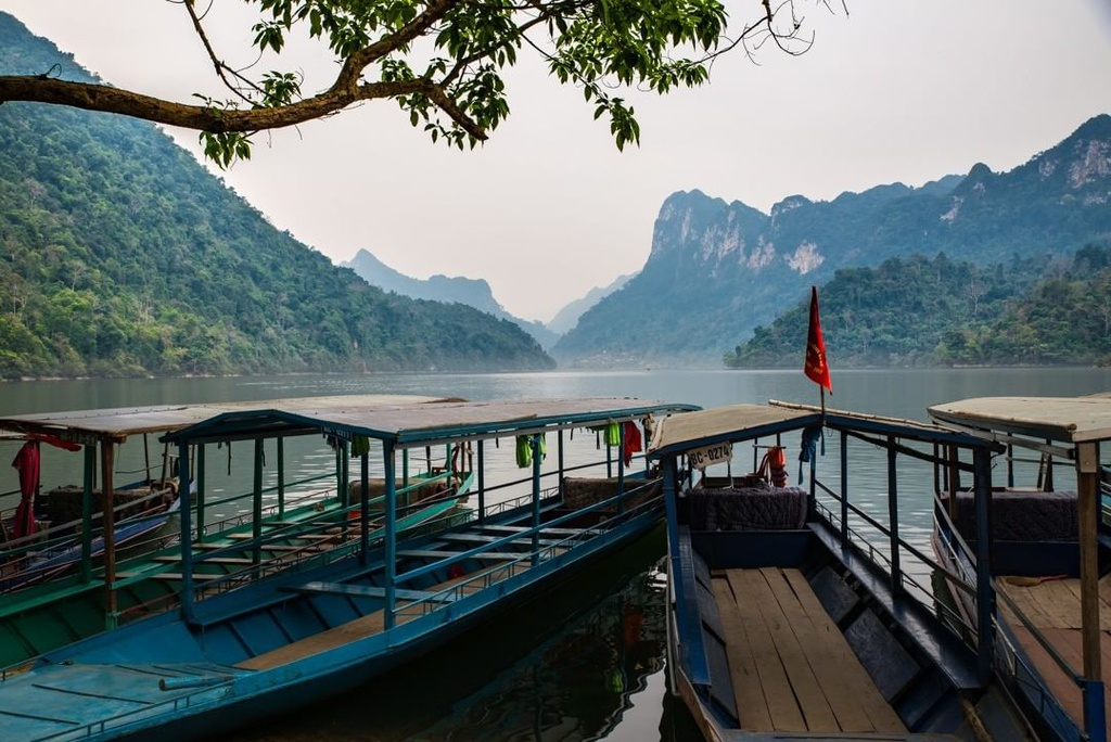 seven tourist attracting lakes in vietnam