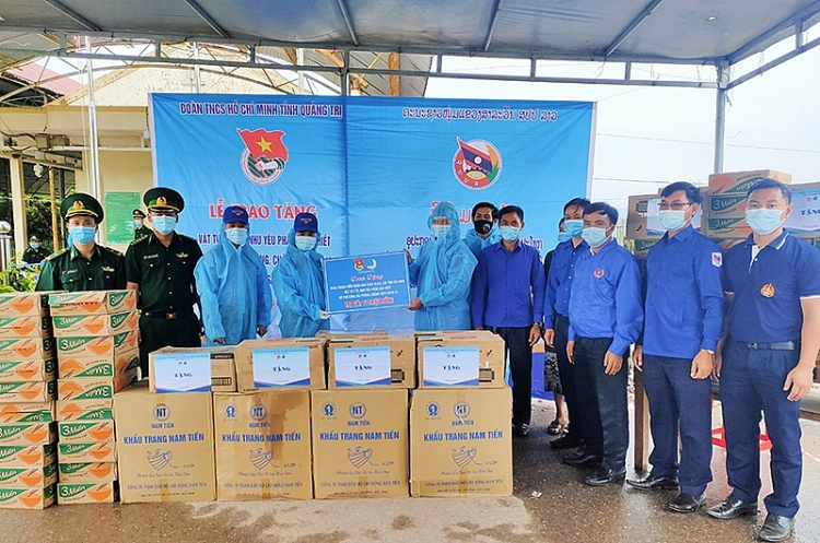 Vietnam localities gift medical supplies to support Laos Covid-19 fight