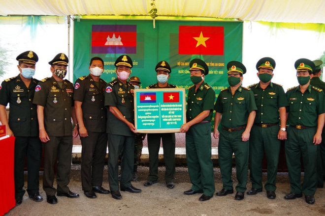 Vietnam presents medical supplies to Cambodian localities