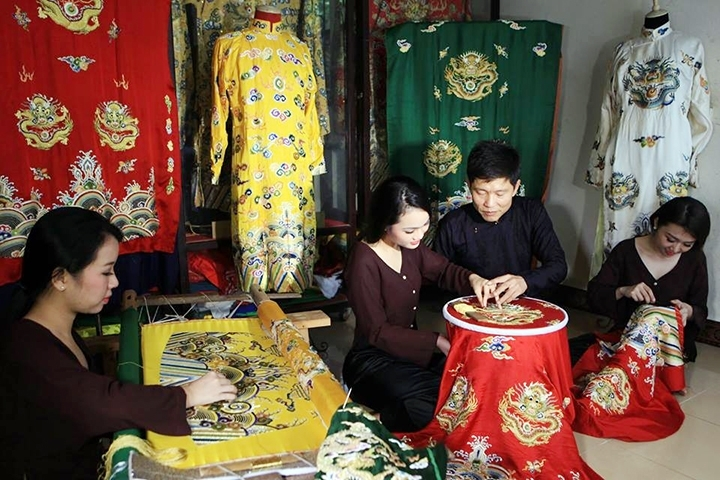 Dong Cuu:  an embroidery village responsible for 'dragon robes'