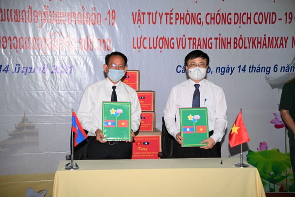 Vietnamese-Lao joint venture presents over US$ 21,000 to support Vietnam's Covid-19 fight