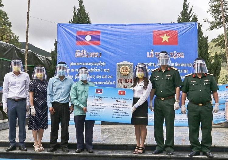Vietnam assists Laos provinces in Covid-19 fight