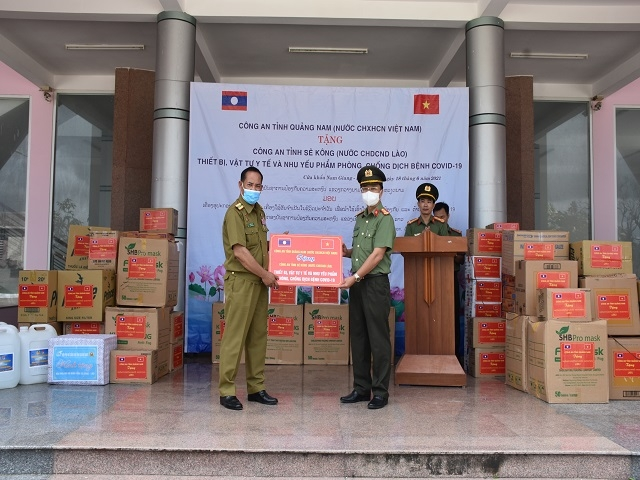 Quang Nam police present medical equipment, supplies to Sekong police (Laos)