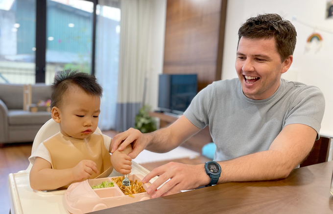 Irish single father adopts Vietnamese baby with cleft palate - video