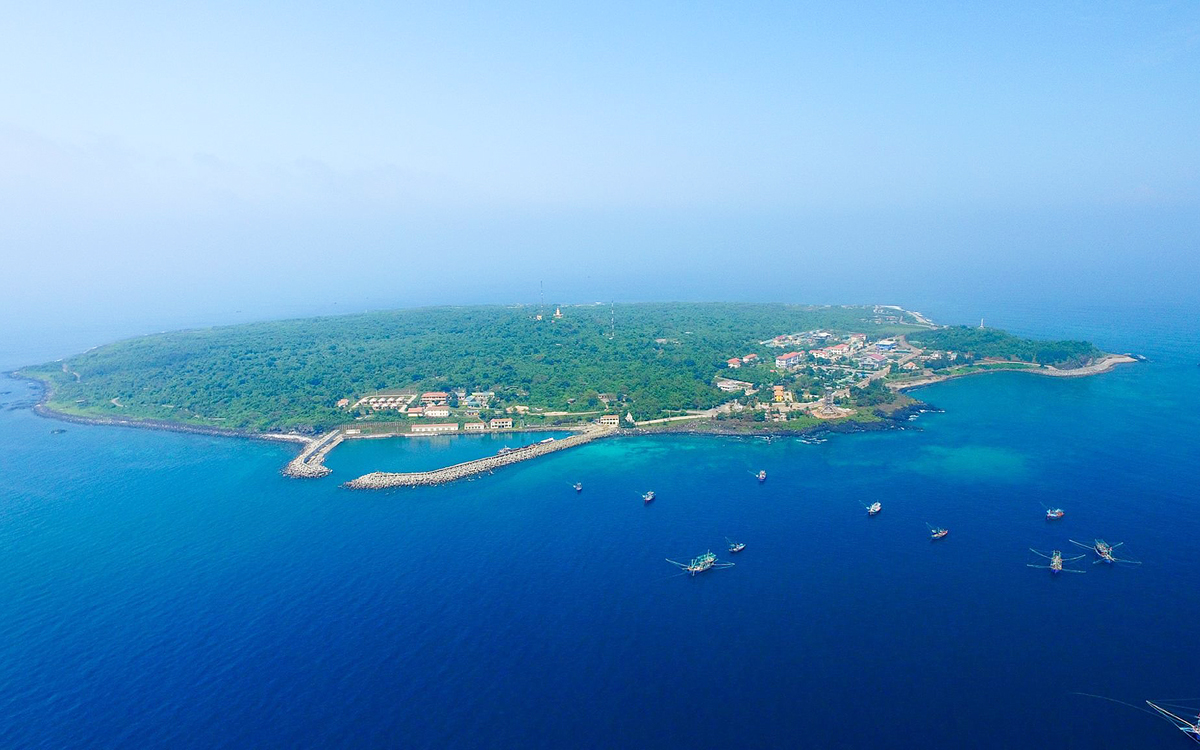 con co island a historical witness and magnificent beauty amid bien dong sea