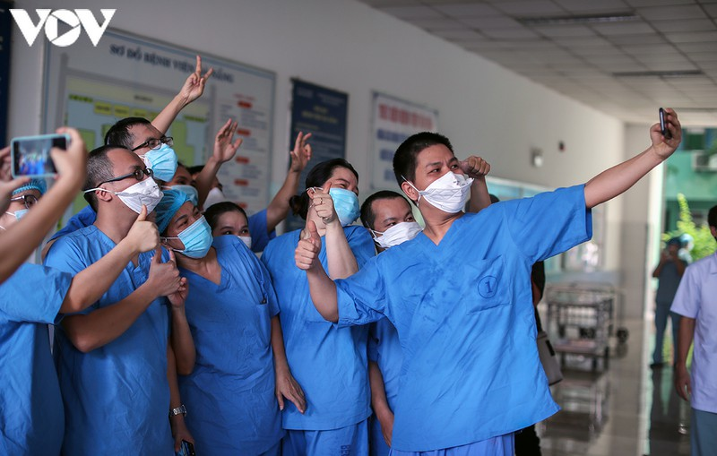 in photos tears falling on date of da nang general hospital lifting lockdown