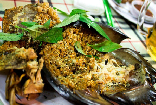 """""""Worth-try"""" appetizing seafood on Cat Ba Island, Northern Vietnam"""