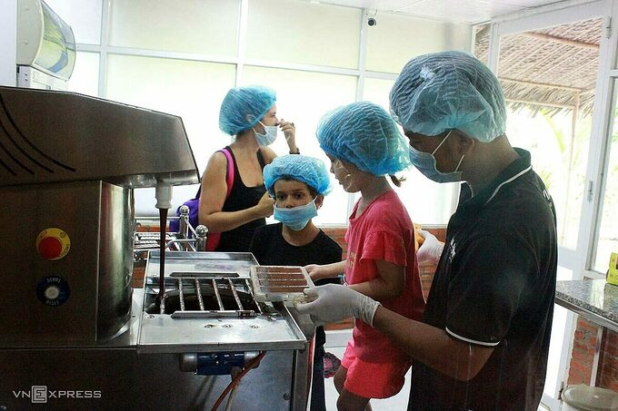 experience of making chocolate by yourself in western vietnam