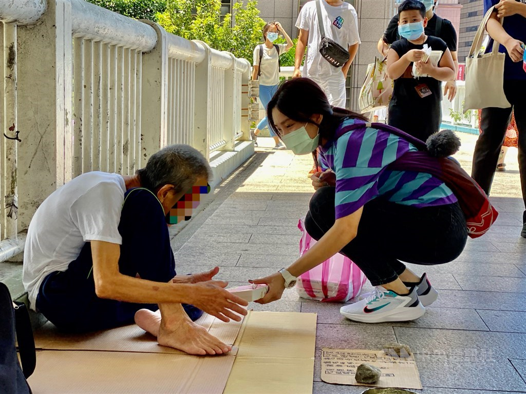 Vietnamese students in Taiwan donate free meals to the local homeless