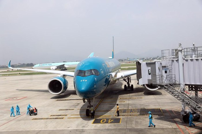 first commercial flight enters vietnam after months of suspension due to covid 19