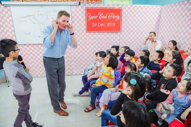 Foreigner shows gratitude to Vietnam by doing voluntary work
