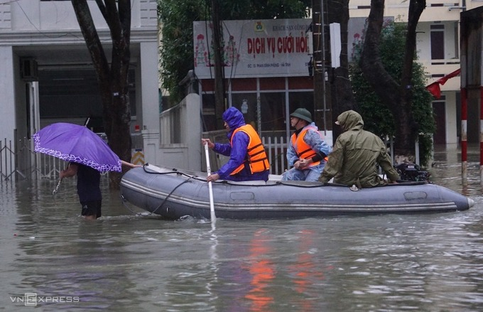 Flooding in central Vietnam updates: 102 deaths, 90,000 people evacuated