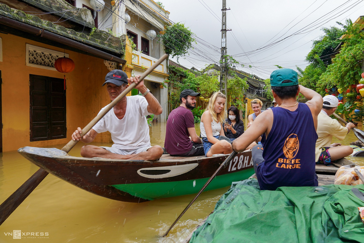 boat rides around hoi an ancient town in flood season