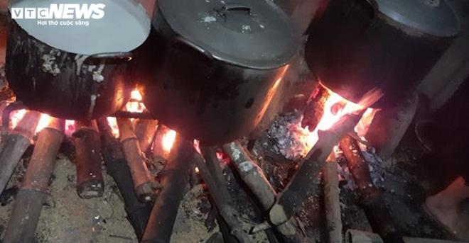 ha tinh people in central vietnam cook rice cakes for flood victims in nghe an