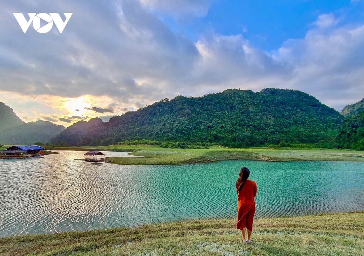 Exploring peaceful beauty of Huu Lien grassland in northern Vietnam