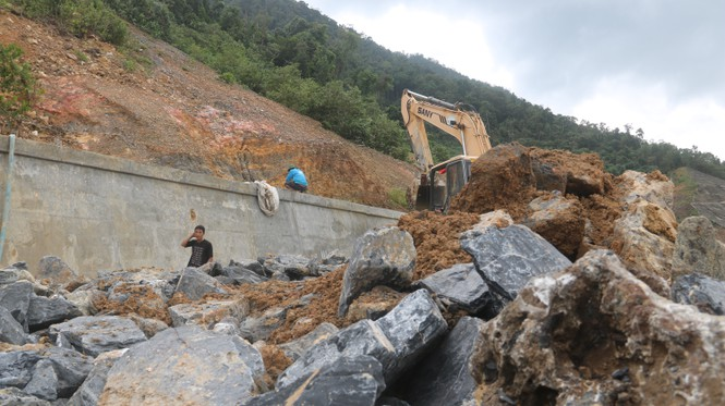 Roads in central Vietnam heavily ruined by storm Molave