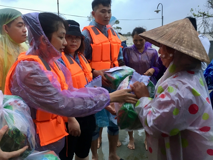 overseas vietnamese student asociations in china present gifts to flood victims in central vietnam