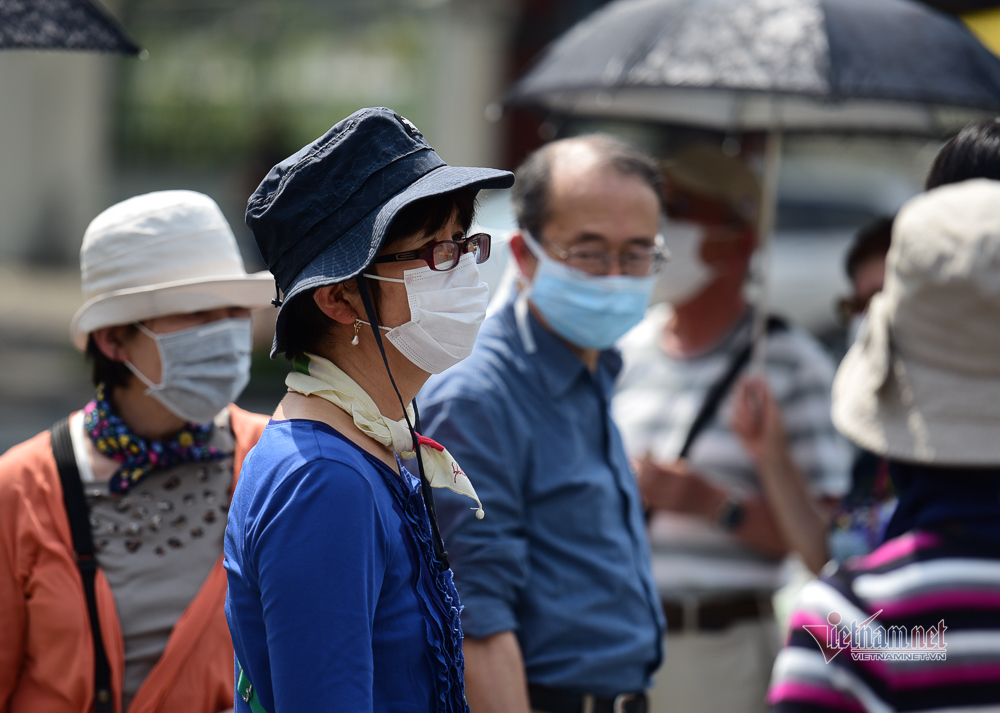Quang Nam to fine people for not wearing face masks in public places