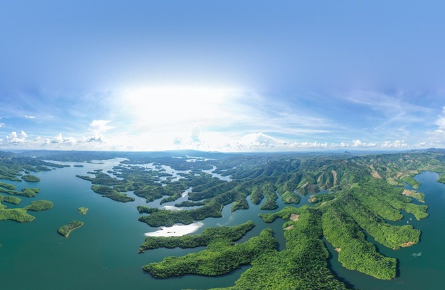 dreamy beauty of the lake dubbed as ha long bay of central highlands