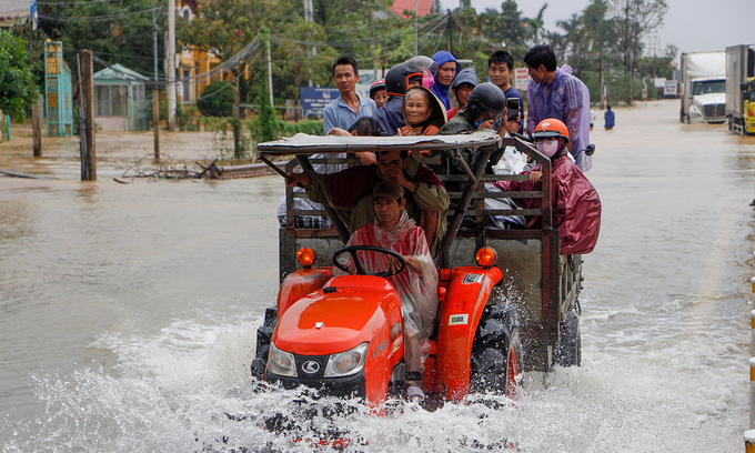 Disaster hit Vietnam's central provinces receive more financial aid