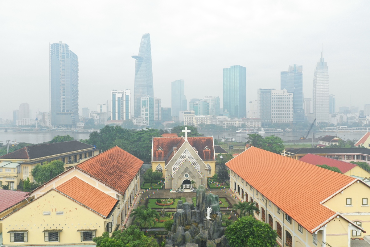 vietnams southern metropolis dimmed in fog