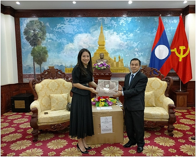 vietnamese enterprise presents ten thousands of high end fashion products to laos women