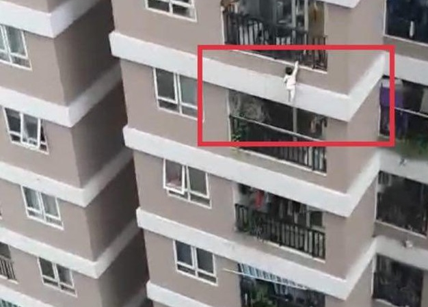 2 year old vietnamese girl survives fall from 12th floor thanks to superhero delivery man