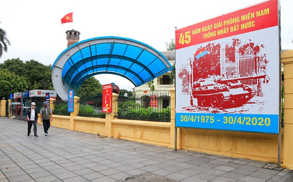 Hanoi streets vibrant, series of activities take place in welcoming national reunification day