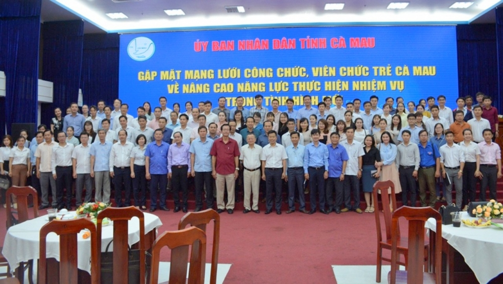 The leaders of the People's Committee of Ca Mau province take souvenir photos with a team of young civil servants and officials of the province.