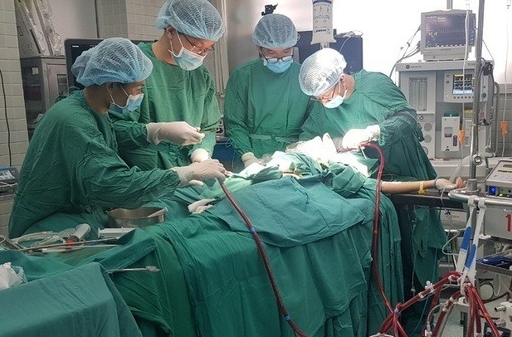 Vietnam News Today: Two Vietnamese volunteered to donate lungs to critical British COVID-19 patient