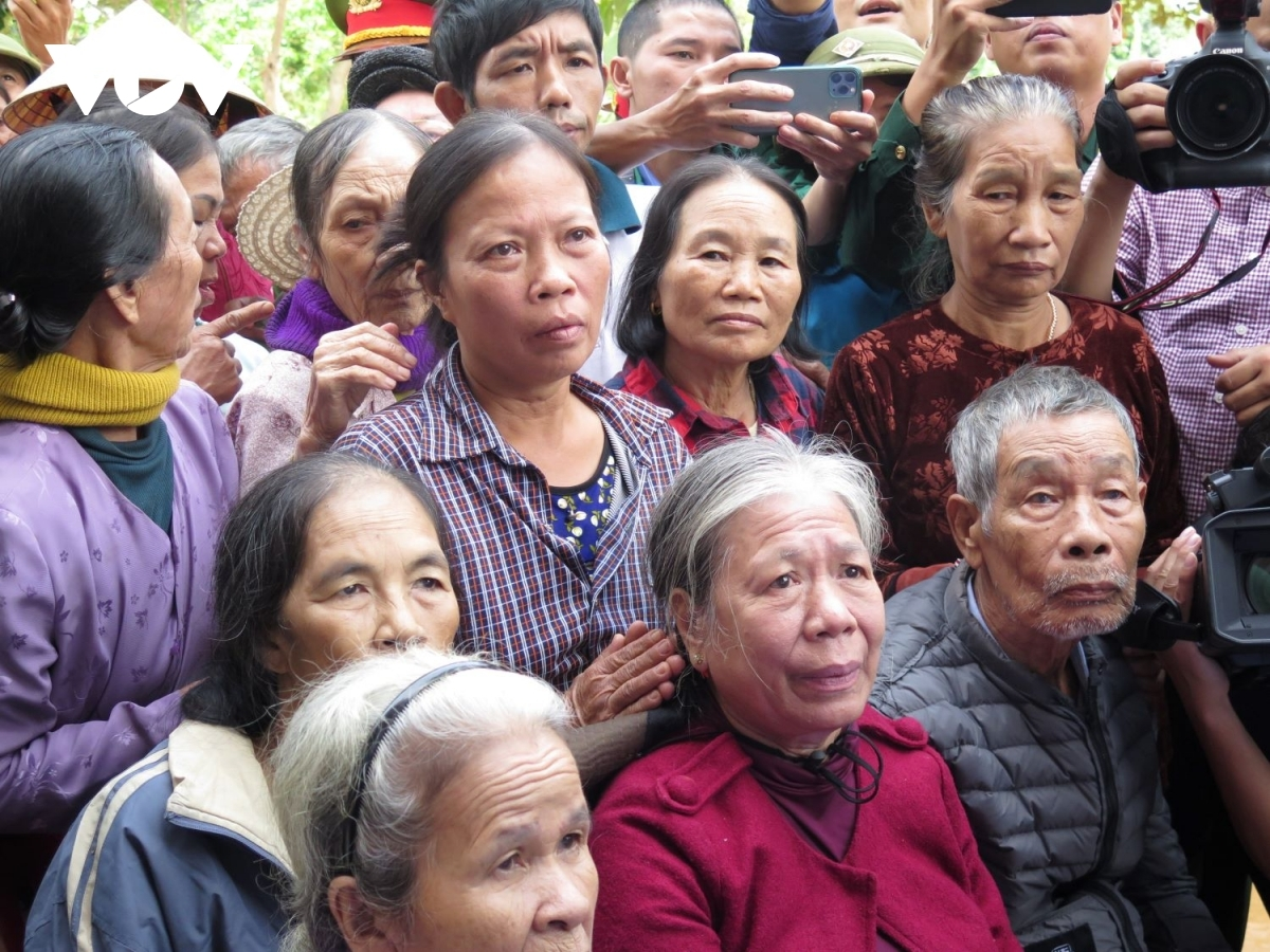 The morning of october 24 sees pm phuc visit hien ninh commune in quang district binh province as he sends condolences to flood victims. pictured are local residents from dien tu village during a meeting held with phuc.