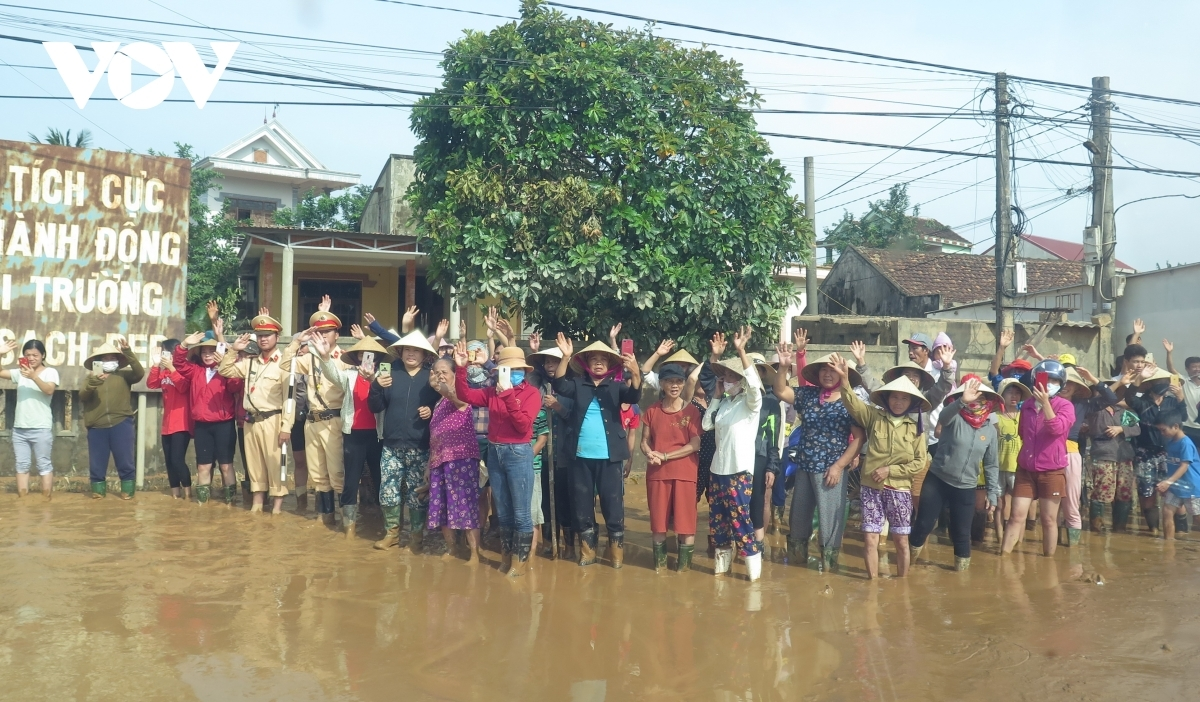 Local residents from the flood-prone locality welcome arrival of pm phuc and his entourage