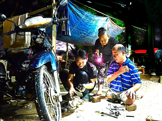 Motorbike mechanics closed shops, formed group to repair motorbikes in flooded areas