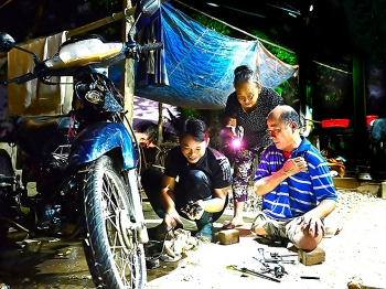 motorbike mechanics closed shops formed group to repair motorbikes in flooded areas