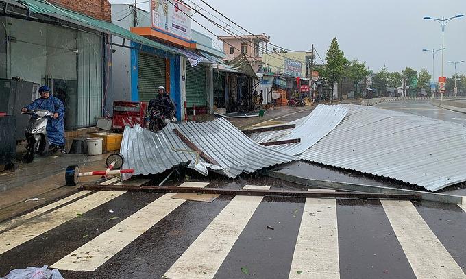 storm etau comes vietnam closes five airports
