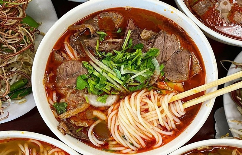 How to cook 'Bun Bo Hue' (Hue style beef noodle soup)