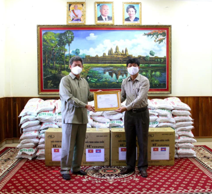 Vietnam Consulate General in Cambodia sent gifts to support Preah Sihanouk against pandemic