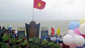 vietnam news today january 2 new year flag salute ceremony held on countrys easternmost point