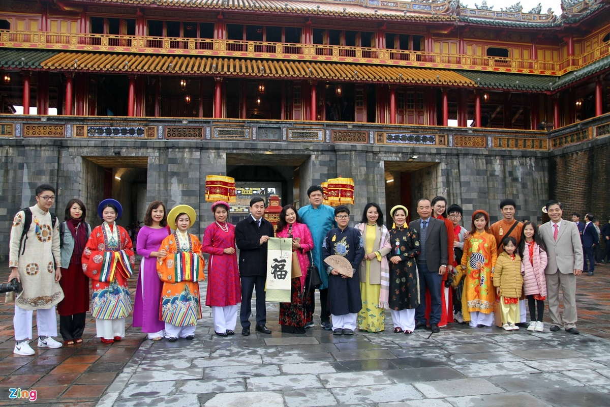 Replication of New Year's 'Calendar book distribution' ceremony in Hue